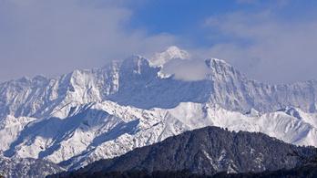 Nyolc hegymászót keresnek a Himaláján