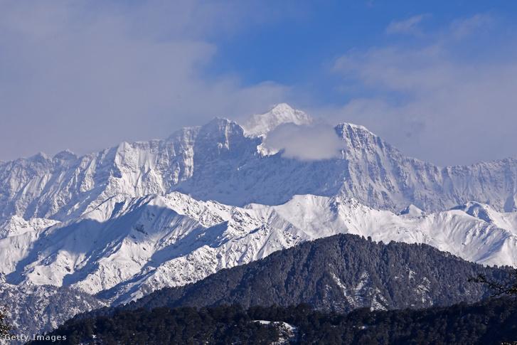 A Himalája vonulatának egy része India felől (Trishul, Nanda Devi, Chaukhamba csúcsok)