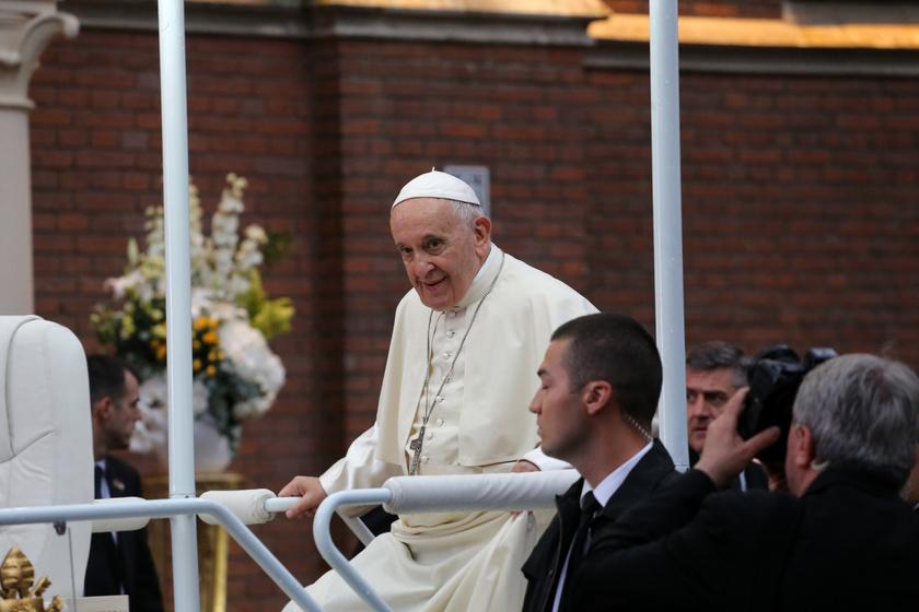 A pápalátogatás pénteken vette kezdetét. Szombaton a gépe Csíkszereda mellett szállt le, a légibázisról autó szállította a kegyhelyhez, a mise helyszínre.