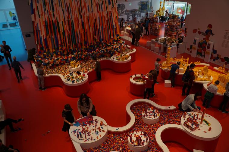 A 12 ezer négyzetméteren fekvő LEGO House-ban, mely 2017 szeptemberében nyitotta meg kapuit, több mint 25 millió legódarab várja az alkotni vágyókat – kicsiket és nagyokat egyaránt