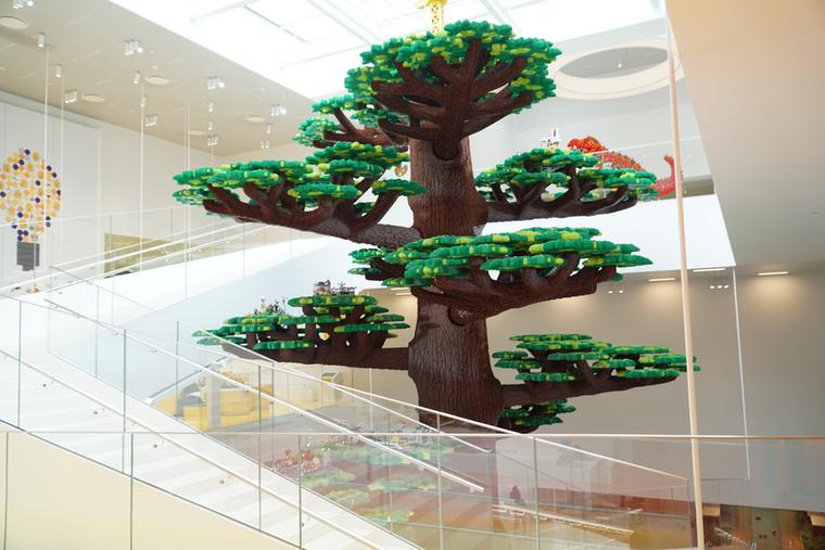 """A LEGO House közepén áll a világ legnagyobb legómodellje, a """"Kreativitás Fája"""""""
