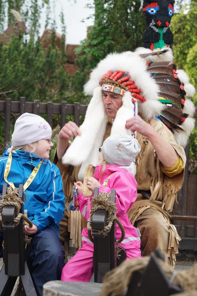 Az apacs indiánok táborhelyén a legkisebbek kedvenc elfoglaltsága a nyárson sütés és a lovaglás volt.