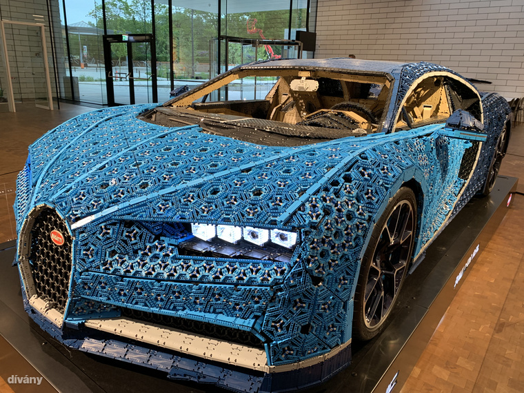 Ennek a járgánynak még a sebességmérője is legóból készült! A világ első és egyetlen 1:1 Lego Technic Bugatti Chironját 8 hónap alatt tervezték meg és 13 438 órán át építgették – több mint 1 millió legódarab felhasználásával, természetesen ragasztó nélkül