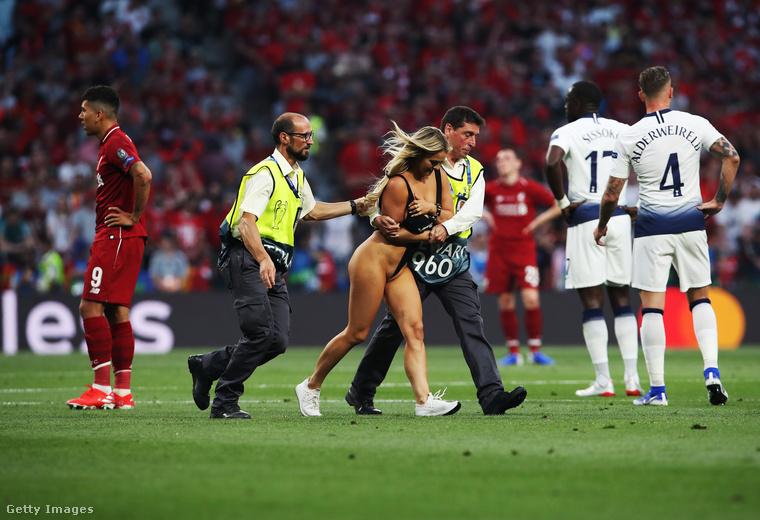 Aki nézte szombat este a Bajnokok Ligája döntőjét, az biztos látta, amíg nem vették el a képet, hogy egy igen szellősen öltözött nő beszaladt a pályára