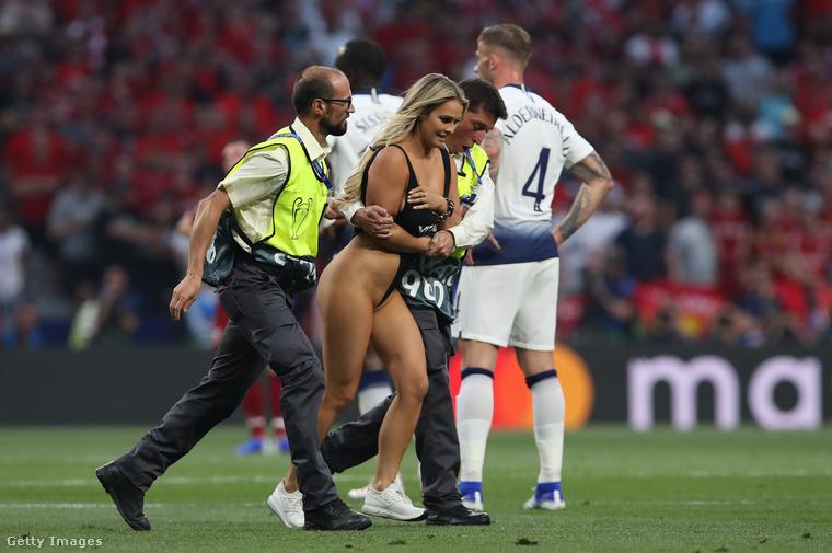 Azonnal le is kísérték, így folytatódott a meccs a Liverpool és a Tottenham között