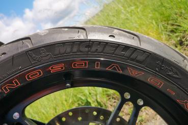 A Harley tapadósabb gumiait kapta, persze a Michelin-ek gyorsabban is kopnak, mint a Dunlop