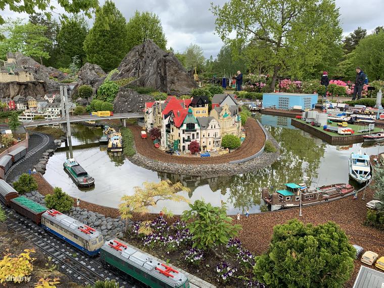 A LEGO House-tól 1 km-re található Legolandben is el lehet kalandozni egy egész napot