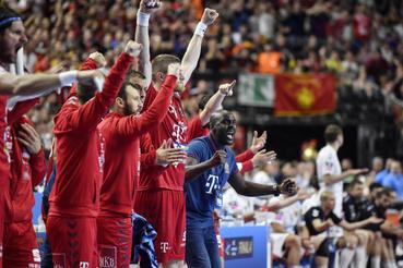 David Davis a Telekom Veszprém vezetõedzõje (j) és játékosai gólnak örülnek a kispadon a Vardar Szkopje ellen