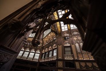 Kovácsolt- és öntöttvas elemek, kerámiadíszek, Róth-üvegek és Angliában készült bútorasztalos elemek teszik pompássá a belső teret