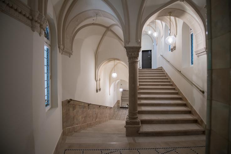 Egy gótikus épület részleteit idézi a lépcsőház