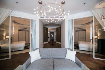 Hogyan alakítsunk ki dupla hálószobás és fürdőszobás apartmant 80 négyzetméteren, ha csak egyetlen ablakunk lehet? Így