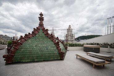 Rekonstruált Zsolnay-tetődíszek: a cserepek jelentős hányadát pótolni kellett