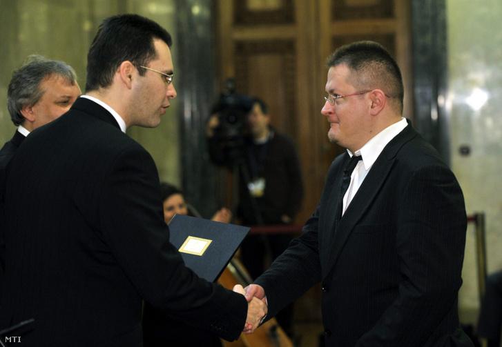 Térey János József Attila-díjas író, költő műfordító átveszi a Magyar Köztársaság Babérkoszorúja díjat Molnár Csaba kancelláriaminisztertől (b2), valamint Hiller István oktatási és kulturális minisztertől (b) a Parlament Delegációs termében