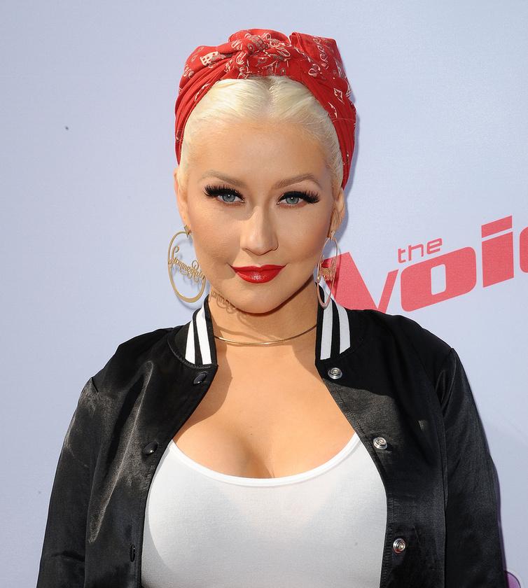 Még 2011-ben sikerült magát átmenteni egy televíziós tehetségkutatóba, ez volt a The Voice