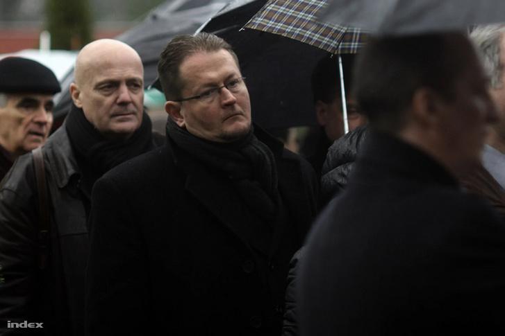 Térey János (középen) Borbély Szilárd temetésén 2014. március 4-én