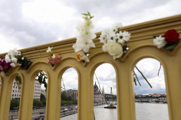 A híd korlátjára egyre több virágot tűznek ki az arra járó emberek.