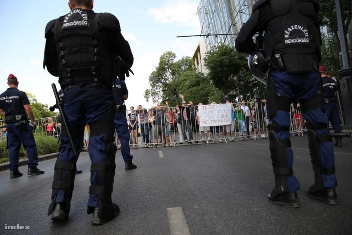 Ellentüntetők és rendőrök a 19. Budapest Pride, a leszbikus, meleg, biszexuális, transznemű és queer (LMBTQ) közösség fesztiválján 2014. július 5-én.