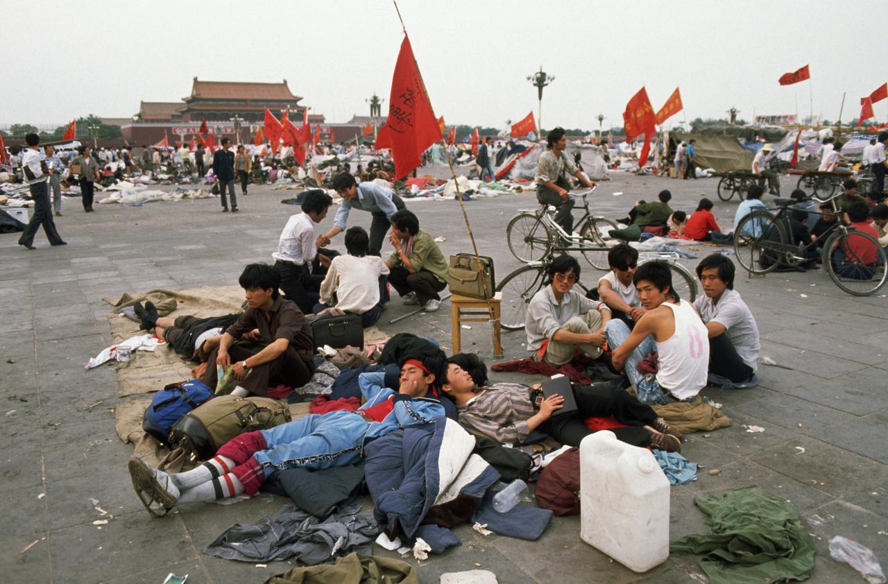 Tanulók a Tienanmen téren, 1989. május 1-jén. Már napok óta tartott a diákok tüntetése Pekingben, ami eredetileg megemlékezés volt Hu Jao-ping egykori pártfőtitkárról, majd hamar átalakult ülősztrájkká.