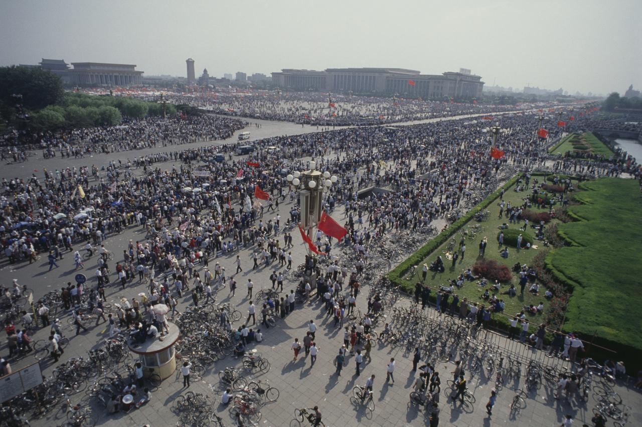 Miközben Mihail Gorbacsov 1989. május 17-én Pekingbe látogatott, milliós tömeg foglalta el a főváros utcáit. Demokratikusabb rendszert, és a régi kommunista vezetők távozását követelték, a rá következő nap pedig 600 ezren vonultak ki ismét.