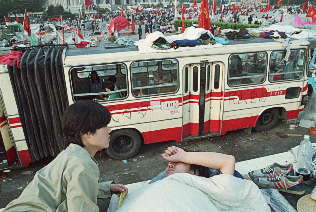 Csuklósbusz a Tienanmen tér közepén. Az ülősztrájkoló diákok nem csak elfoglalták Peking belvárosát, de szinte oda is költöztek, sátortábort verve a város közepébe.
