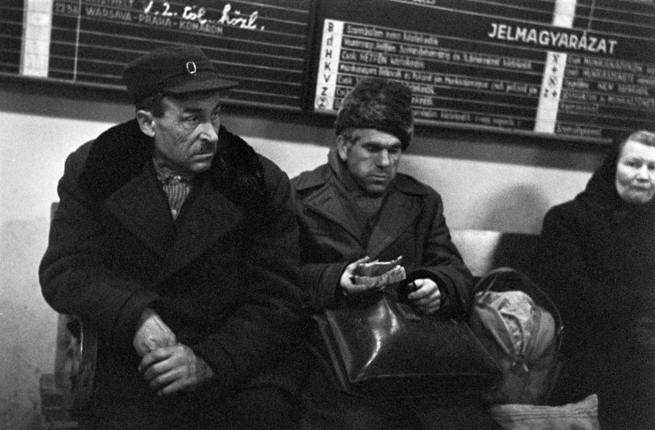 A mezőgazdaság átalakulásával tömegessé váló felesleges munkaerőt ugyan felszívta Budapest ipara, de az ingázók sokáig egyfajta utóparaszti helyzetben, a gazdálkodó életformát is őrizve éltek. Kétlakiságuk gyakran ideológiai felhangot kapott, szemükre hányták, hogy az iparból és a mezőgazdaságból egyaránt hasznot húznak.