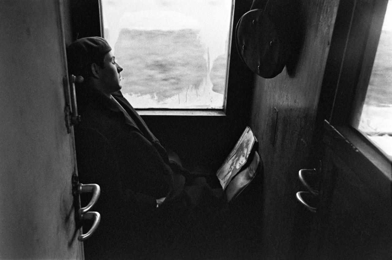 Az ingázók a vonaton pótolták az éjszakai alvás hiányait. Ez a fiú Brigitte Bardot-val.