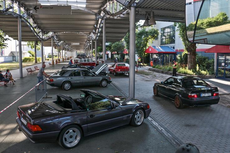 Már érkeznek az autók, de még csöndes a Passzázs
