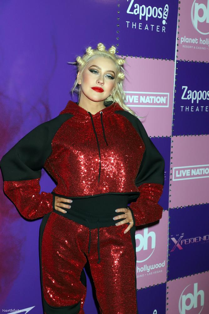 Nem könnyű ráismerni, de ezen a képen Christina Aguilera énekesnő látható egy piros-fekete szettben, a tőle megszokott platinaszőke hajszínnel, de tőle nem megszokott frizurával.