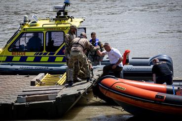 Az eltűntek felkutatását 47 gépjármű, 16 szolgálati kisgéphajó, 2 rendőrségi helikopter végzi, 158 rendőr bevonásával.