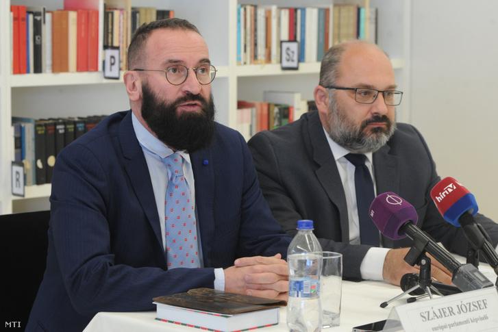 Szájer József néppárti európai parlamenti képviselõ (b) és Nagy Csaba (Fidesz) országgyûlési képviselõ sajtótájékoztatót tart az európai parlamenti választásokkal kapcsolatosan Siklóson 2019. május 2-án.