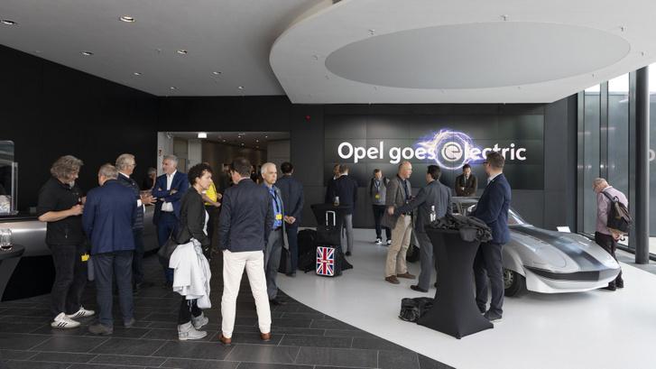 Érkezés, háttérben egy korai, Opel GT-alapú villanyrekorder
