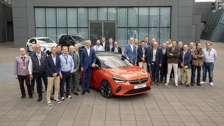 Az Év Autója zsűri nagyrészt ott volt Rüsselsheimben. A Corsa mellett jobbra, világosabbkék öltönyben Michael Lochscheller, kicsit közelebb, balra, szintén kékben, de sötétebben Mark Adams