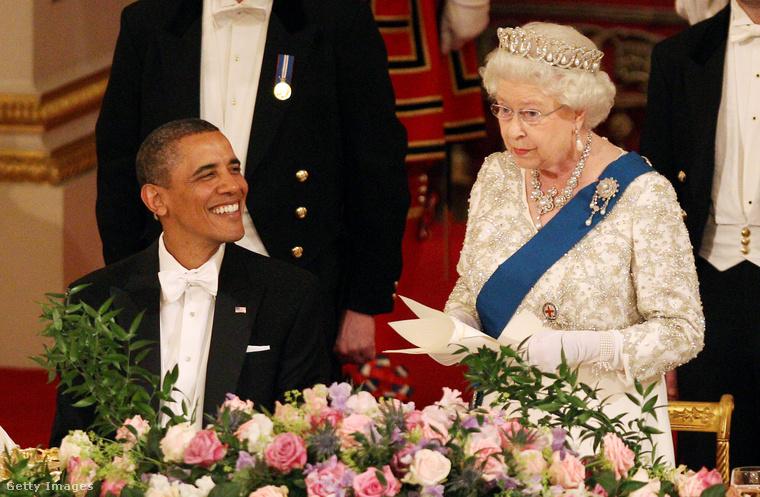 Barack Obama széles mosollyal tekint a királynőre