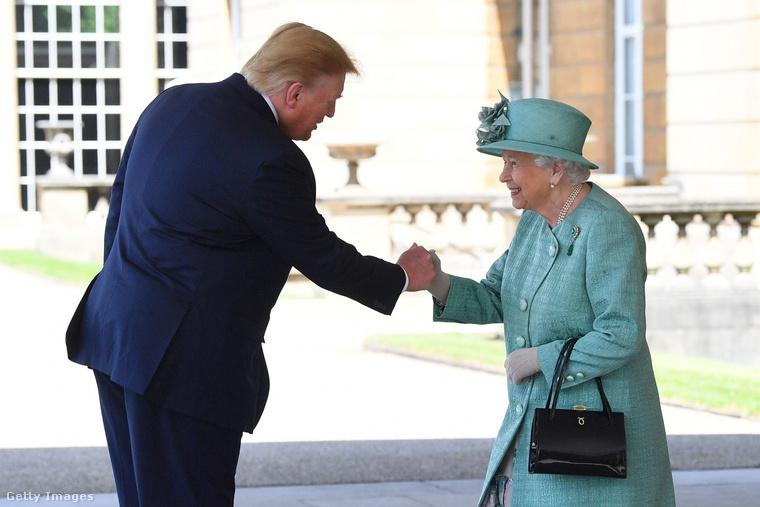 Donald Trump háromnapos államlátogatásra érkezet Angliába, ahol ebédelt egyet a királynővel, illetve részt vett egy bálon is a Buckingham-palotában