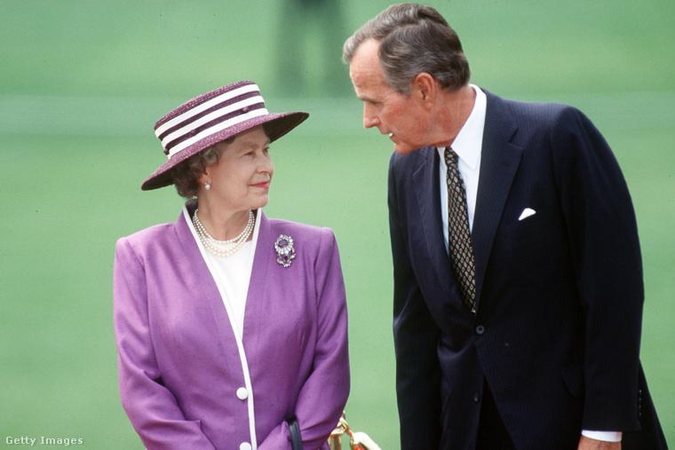 A lilában pompázó királynő és George Bush