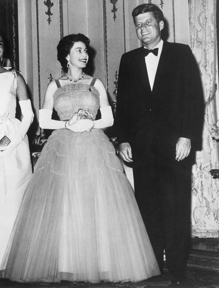 A fiatal királynő éppen Kennedy elnökre bazsalyog