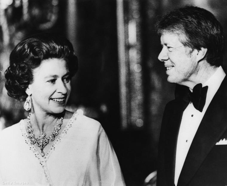 Erzsébet királyné Jimmy Carter társaságában mulat a Buckingham-palota Kék Rajztermében