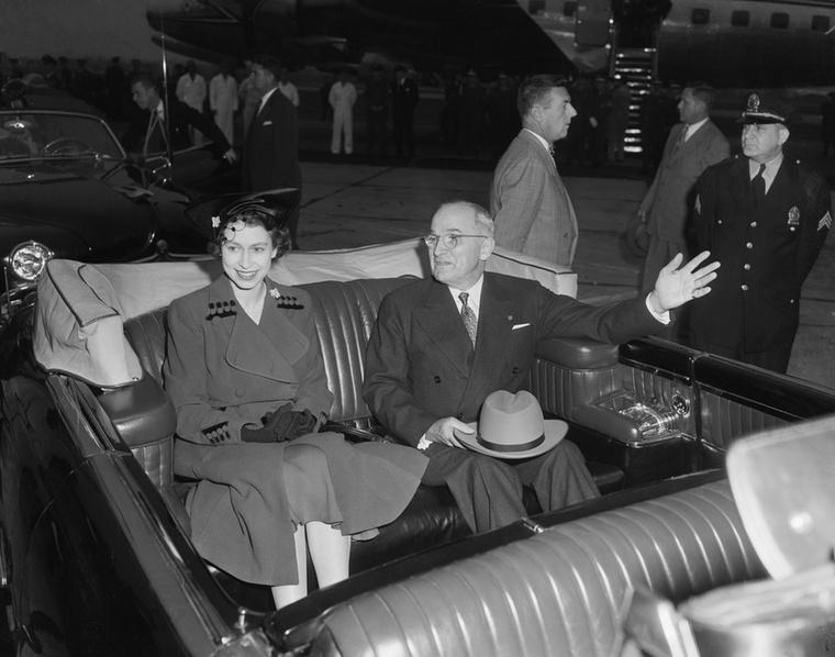 Truman elnök és az akkor még hercegnői címet viselő Erzsébet a Washington Nemzeti Repülőtéren