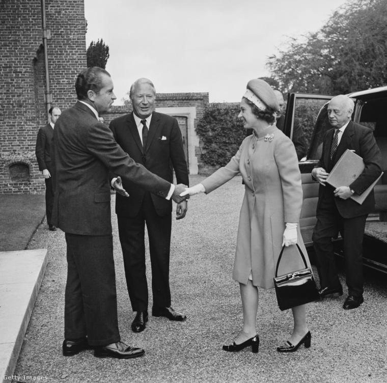 Nixon elnök Edward Health miniszterelnök társaságában üdvözli a királynőt