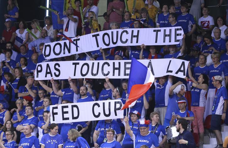 Francia szurkolók a Fed kupa középdöntőjén a Franciaország-Románia meccsen Rouenben 2019. április 21-én