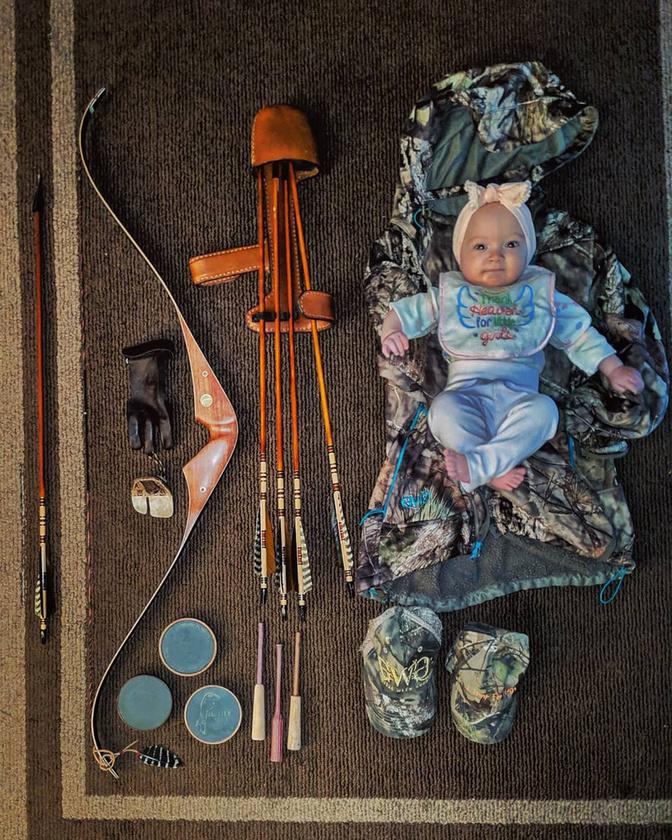 Íme a vadászatra kész Isabella, körbepakolva anyja vadászeszközeivel