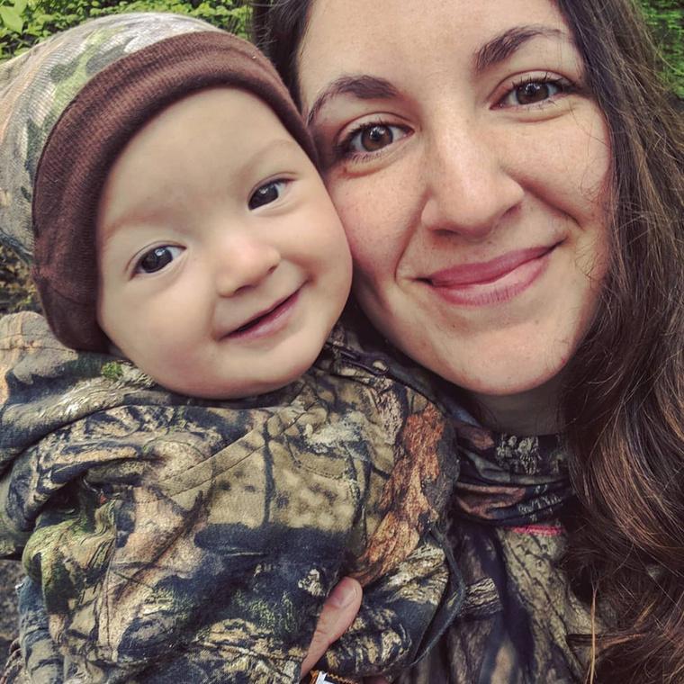 Bár a nő tudja, hogy sokan kétkedve, némi rosszindulattal vélekednek arról, hogy a gyerekével jár vadászni, ő nem hagyja magát mások által befolyásolni