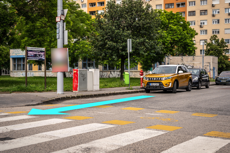 Milyen távolságon belül tilos megállnia a személygépkocsinak a kijelölt gyalogos-átkelőhelynél a forgalmi, műszaki okok kivételével?