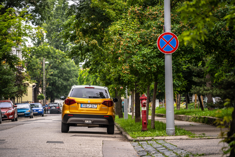 Szabad-e megállnia a személygépkocsinak a táblával jelzett útszakaszon?