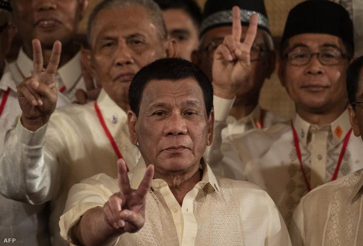 Duterte békejelet mutat a Moro Islamic Liberation Front (MILF) tagjaival Manilában 2019. február 22-én