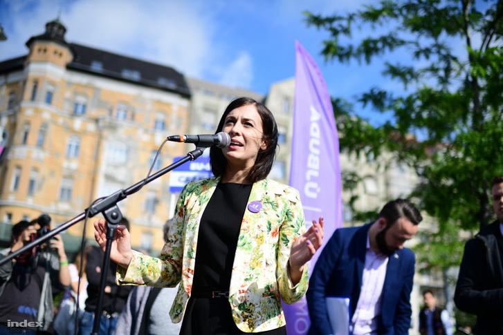 Cseh Katalin a Momentum utcafórumán mond beszédet a Móricz Zsigmond körtéren 2019. május 23-án.