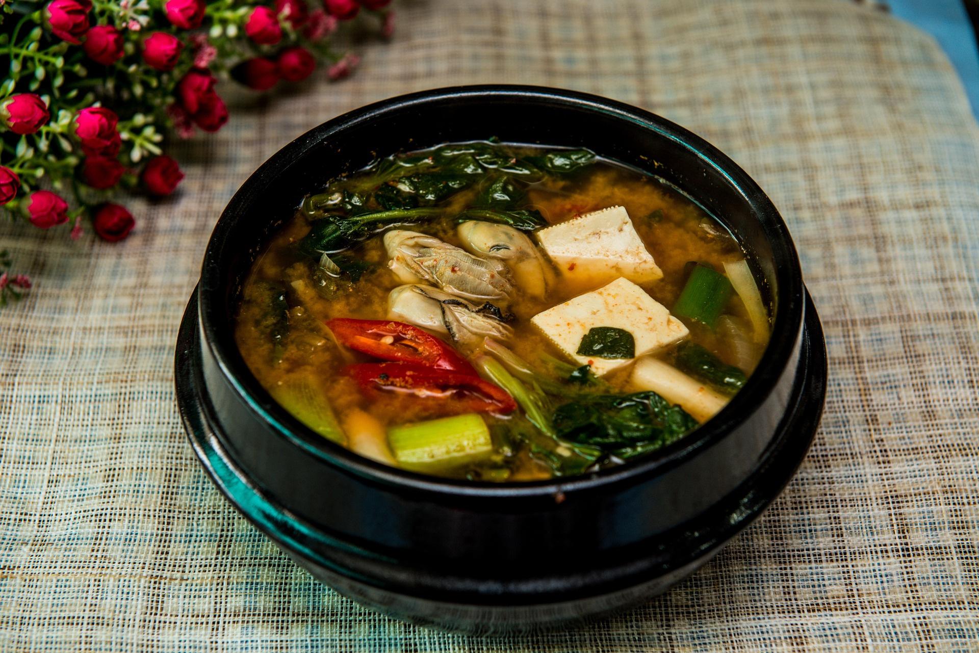 A japánok nemzeti fűszere, a miso fermentált szójababból készül. Jó forrása a fehérjének és a rostnak, ráadásul vitaminokban is kifejezetten gazdag. Egy japán kutatás azt találta, hogy a mellrák kialakulásának kockázatát is jelentősen csökkenti a sok miso fogyasztása.