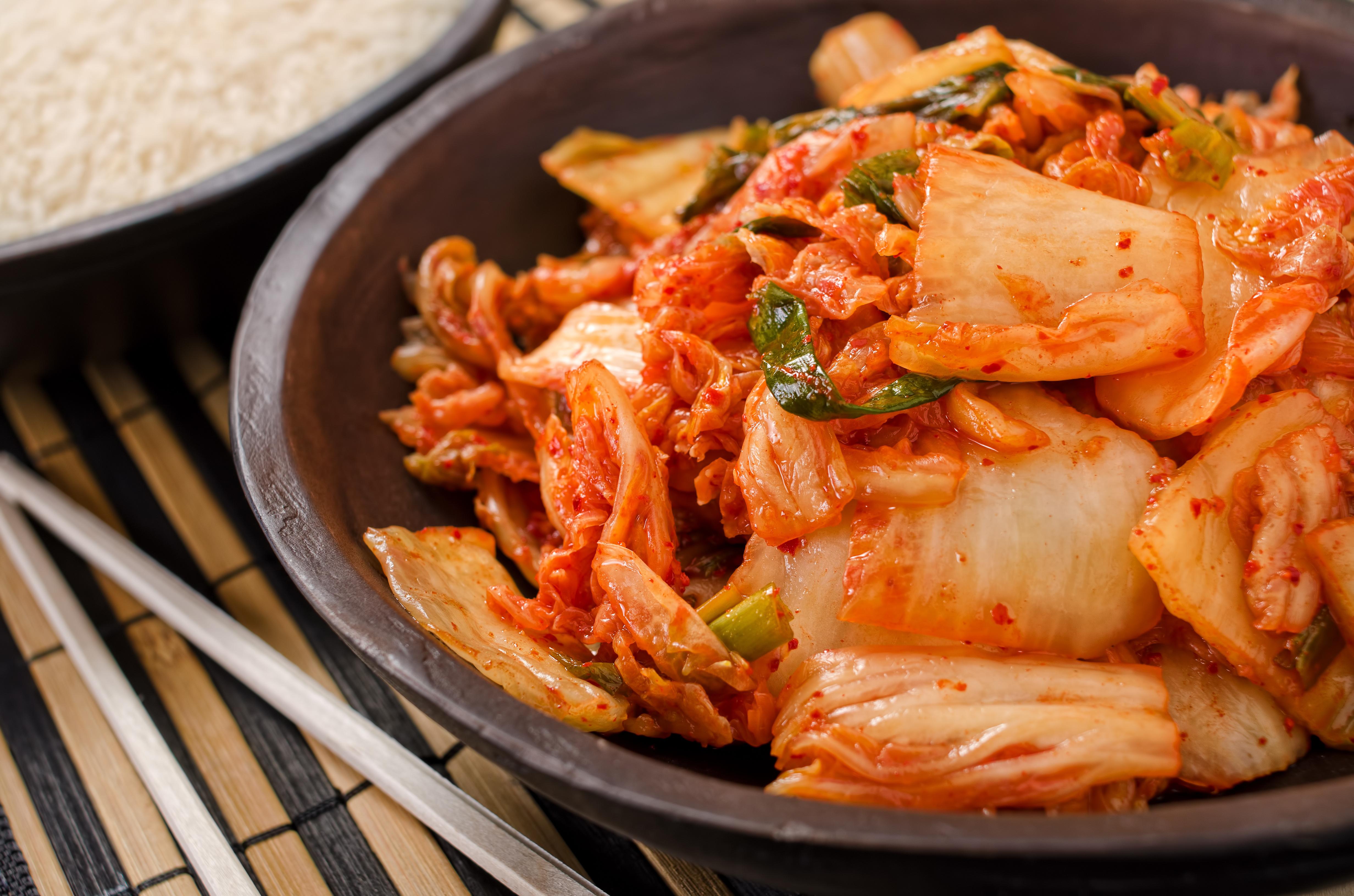 Egy másik ázsiai étel, a kimcsi is hasznos anyagokat tartalmaz a bélbaktériumok számára. Tejsavak segítségével fermentálták, és, mivel káposzta az alapanyaga, K- és B2-vitaminban is kifejezetten gazdag.