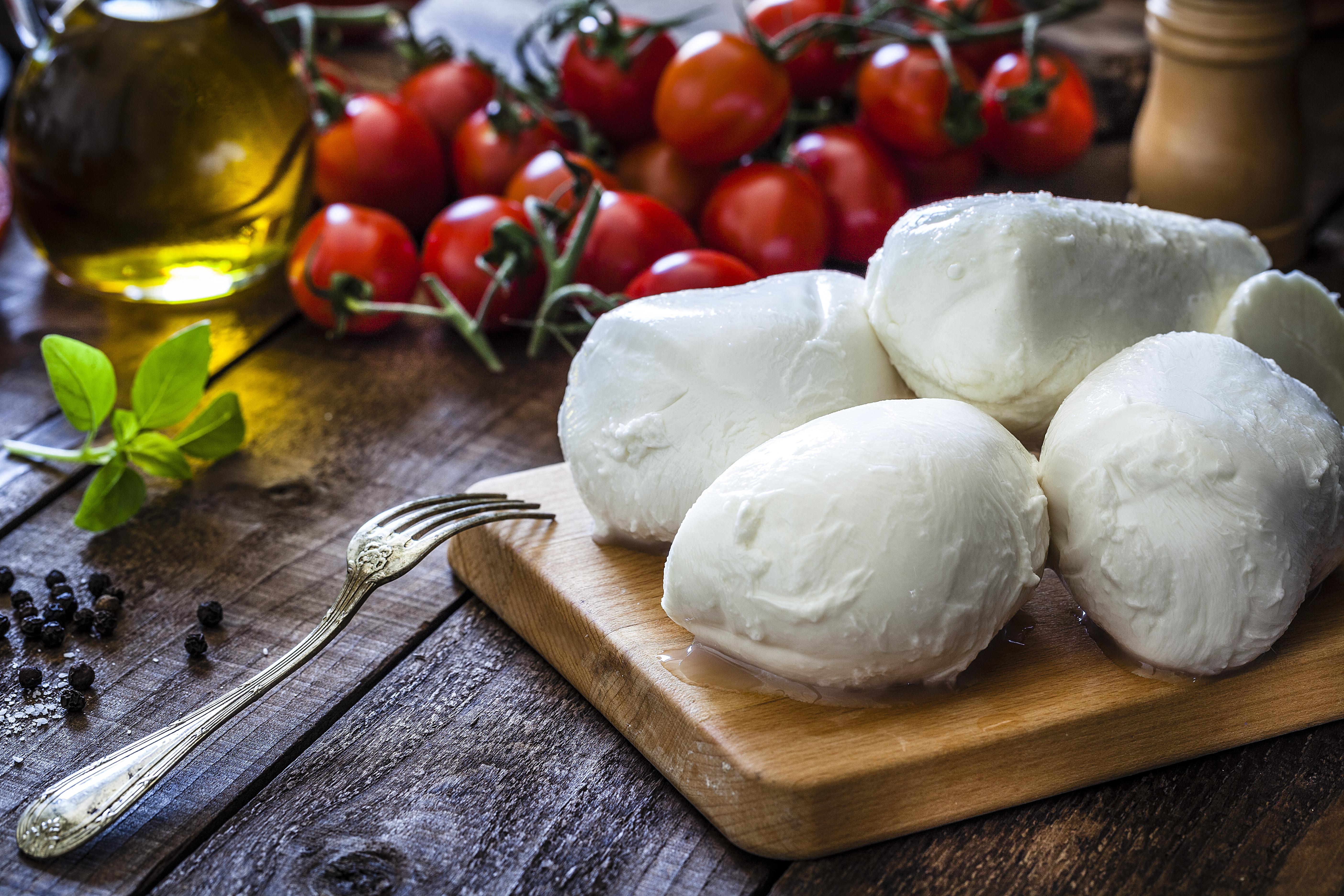 Egyes sajtok, melyekben az érlelés során is megmaradt az élő kultúra, szintén probiotikusnak számítanak. Ilyenek a mozzarella, a gouda, a cheddar és a cottage cheese.