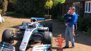 Meghalt a kisfiú, akihez elküldte F1-kocsiját Lewis Hamilton